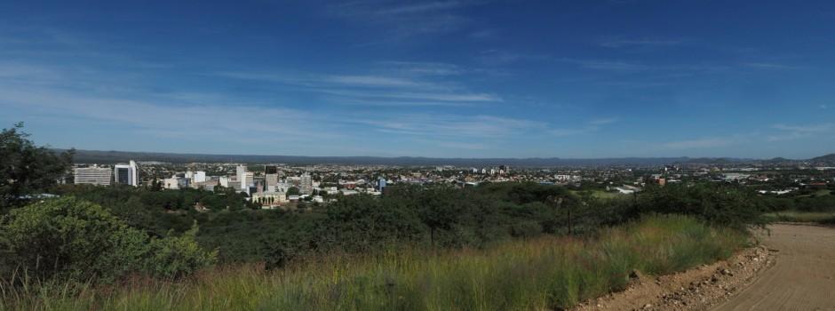 Windhoek sett fra høyden over parlamentet, med ørnenebbet vendt mot vest, ørkenen og havet. Foto: Geir Ertzgaard